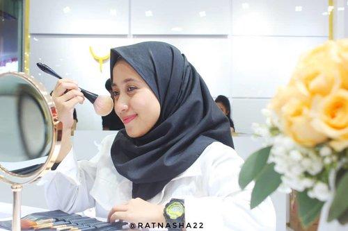 Kemarin aku dateng ke acara Grand Launching store terbarunya @youmakeups_id di Bandung daaan Store ini adalah store pertama di Bandung loh!  Di hari pertama, ada acara beauty talkshow bareng @andirazh dan beauty class bersama Ka @alifahratu bertemakan Holiday Make Up Look dan alhamdulillah aku terpilih menjadi Best Make Up aaaaaaa seneng banget!😊💕 Antusias warga Bandung emang luar biasa yaa sama brand lokal satu ini! • • • Yuk dateng ke store terbaru @youmakeups_id di @istanabec sekarang juga! Hati-hati kalap yaa gurls!😁 • • • #YouMakeup #LonglastingBeauty #beautyblogger #blogger #bandunghijabblogger #BeautygoersID #beautyranger #beautycollabid #ratnasasdiary #clozetteid #bloggerbandung #hijaboftheday