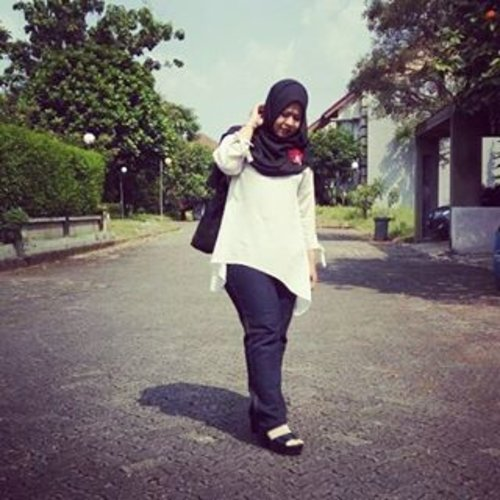 #latepost  outfit of the day. . . I really need to work more on my poses since I'm not used to posing full body (I always take photos of my face 😁) . . #outfit #outfitoftheday #ootd #blackandwhite #jeans #gray #wedges #whiteblouse #hijabersIndonesia #IndonesianHijabBlogger #beautyblogger #beautyblog #talkativetya #blackandwhite #plussize #plussizefashion #bbloger #bblogID #indonesianbeautyblogger #clozetteID #hijabers