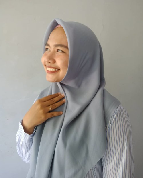 Sesuka itu sama hijab @luthi.id 😍💗Pandangan pertama udah bikin suka karena bahannya polycoton plus pinggirannya cantik banget, aslik! Pinggirannya laser cut udah gitu gampang banget dipakai, anti tegak tanpa lepek sis hahaCusss main ke lapaknya, apalagi di Agustus mereka soft launching hijab Lily square ini, tentu ada special price nya! #clozetteid #ootd #hijab #rekomendasihijab