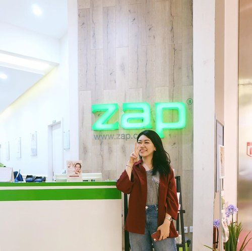Just got back from my very first @zapcoid Photo Facial (and laser) treatment!So, Zap finally launched two kinds of Photo Facials; Glow and Acne. I chose the Glow one due to my skin pigmentation problem.The treatment has 3 steps:1. Face Toning with laser technology2. Alma Rejuvenation to reduce skin's hyperpigmentation3. Oxy Infusion (serum injection) - it felt so refreshing, definitely my favorite!Did it sting? Yes, it did sting a little on step 1, especially if you're having your period (which makes your skin more sensitive). But after that, the sting just gone with soothing gel and oxy infusion!#ZAPPHOTOFACIALGLOW #TEAMPAOLA #ZAPpertamaku #Clozetteid #ZAPXClozetteIdReview #ClozetteidReview #ClozetteXZAP