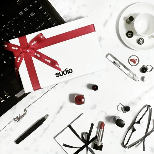 Two weeks left until Christmas day. Have you prepared something special for your loved ones? Then I will recommend you to give a new wireless earphone, Vasa Blå by @sudiosweden. It's probably the lightest wireless earphone in the market which comes with a handmade leather case, 4 different-sized earbuds to ensure the perfect fit for you and it's available in 4 colors. Sounds good, right? - Enjoy special 15% discount for online purchase at www.sudiosweden.com with promocode: Yenni15 ✨🎶 #sudiosweden #sudiomoments