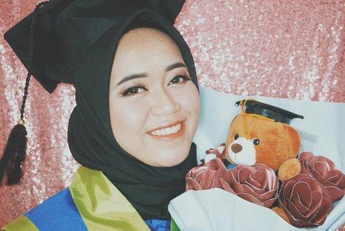 Hi netijen ku yg budiman❤️.Aku habis recreated makeup wisuda ku beberapa bulan lalu, tapi menurut ku ini lebih bagus sih dari pada wisuda kemarin wkwkwk soalnya gak pake buruburu 🤭🤭.Tutorialnya dan detailnya menyusul ya 🙏🙏.#BeautyBloggerIndonesia #ClozetteID #makeupnynfb #makeuptutorial #makeup #makeupwisuda #wisuda #makeupgraduation #graduation #hijab #hijabers #modelhijaber #hijabootdindo
