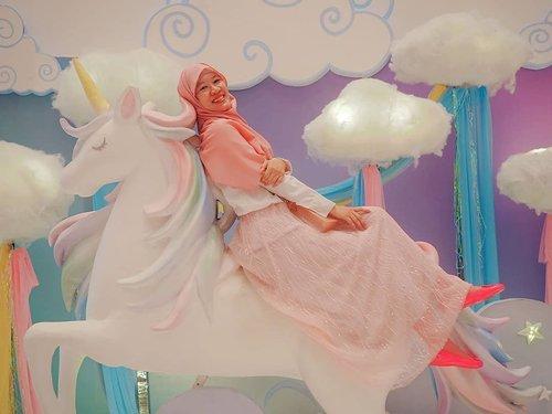 Happy weekend, gaessss! . Sebelum bisa menyandarkan diri di bahu si cinta, senderin aja dulu di unicorn sambil bermimpi pangeran tamvan segera tiba. . Yang bingung weekend mau ngapain, main ke @mallofindonesia aja karena #MOIUnicorndLand masih ada sampai besok, 14 Juli 2019. . . . . . #jilbabday #hijabtravellers #hijabday #hijabtravelling #hijabdaily #hijabtraveller  #WisataIndonesia #exploreindonesia #traveling #holiday #vacation #redtraveler #clozetteid #dolansebentar #CreateMoments #PesonaIndonesia #yourtravelvoice #AladinGetaway #travellerscantik #keluarbentar #INDOFLASHLIGHT #infiatravel #TripZillaTraveller