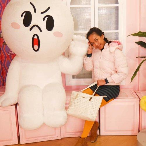 Waktu di Korea maen ke LINE store di setiap sudut tempat di set buat photo2. 😄😄 Dan setiap sudut lucu semua. 😅😅 Sempet kepikiran, kenapa nggak bawa baju ganti aja ya buat photo2, lumayan buat ganti2 background. 😂😂 .....#sakuralisha #independentwoman#indonesianbeautyblogger  #beautybloggers #travellife #travelblogger #travel #travelling #ootd #fashion  #outfit #fashions  #outfits #korea #winter #fashionoftheday #outfitoftheday #clozetteid #traveller #instatravel #koreantrip #koreanfashion #winterholidays #koreanstyle #kpop #linestore