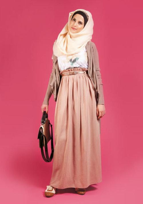 Untuk kamu, hijaber yang gemar pesta tapi kurang suka dengan warna-warna yang 'heboh', kamu bisa memilih outfit dengan warna cokelat seperti long skirt ini.