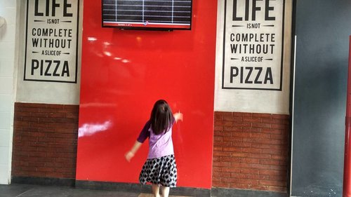 Right now, for her happiness is a slice of pizza!  @dominos_id Eastern Bintaro Jl.Jombang Raya Tangsel  #pizza #dominosidpizza #dominosid #dominosidesternbintaro #lunch #makansiang #lunchoftheday #jalanjalanzadanra #momlife #clozetteid