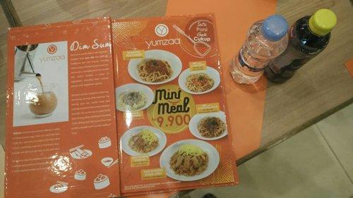 Minimeal di @yumzaa.id mulai dari 9900 rupiah, porsinya pas buat anak, murah lagi. Hari ini seru, ada lomba makan minimeal dalam rangka launching Yumzaa Graha Raya Bintaro#makanzamannow #minimeal #minimealyumzaa #yumzaabintaro #yumzaa #yumzaagrahabintaro #clozetteid