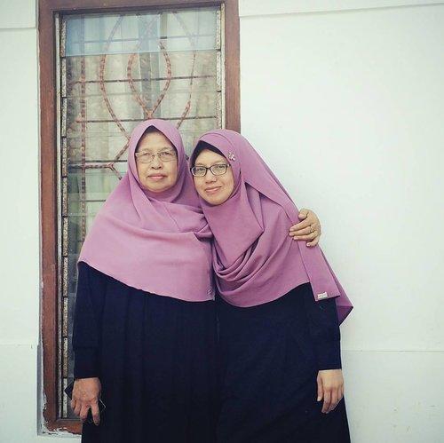 Ga janjian, beberapa saat setelah datang ke rumah orangtua baru sadar. kalo saya dan ibu sama-sama pakai gamis hitam dan hijab ungu dari @nabnid.id 😘  #keluarga #ibudananak #motheranddaughter #family #iduladha #iduladha2017 #clozetteid #bonding #parent #daughter #mother #ibu #familyficture #fotokeluarga #nabnibid #hijab #hijabnabnib #hijaber