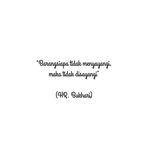 "Imam al Bukhari membawakan sebuah hadits yang menceritakan, bahwa suatu ketika Nabi Shallallahu 'alaihi wa sallam kedatangan seorang sahabat yang bernama Aqra' bin Habis. Ia melihat beliau Shallallahu 'alaihi wa sallam sedang mencium al Hasan (cucunya). Maka ia berkomentar: ""Aku mempunyai sepuluh orang anak, (namun) aku tidak pernah mencium satu pun dari mereka,"" maka Nabi Shallallahu 'alaihi wa sallam bersabda :  مَنْ لَا يَرْحَمُ لَا يُرْحَمُ ""Barangsiapa tidak menyayangi, maka tidak disayangi""  #quote #quoteislami #clozetteid #anak #hadisttentanganak #hadist"