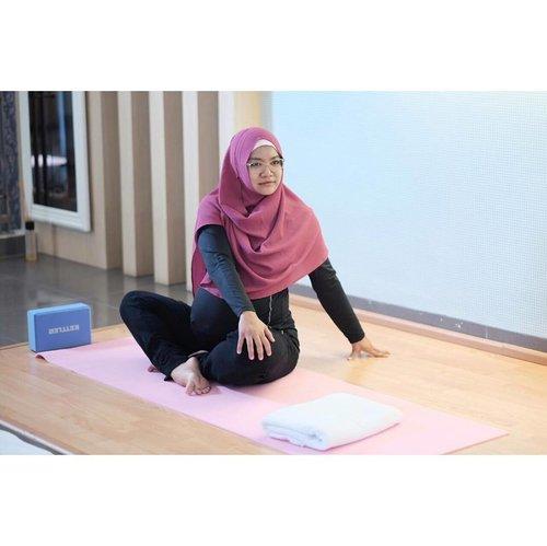Sejak awal hamil, selalu nyari-nyari yoga di deket rumah. Tapi apa daya ternyata baru ketemu Yoga untuk ibu hamil (Prenatal Yoga) di minggu #37weekspregnant ini di @bamedwomenclinical daerah Meruya. Kalau dari rumah bisa ditempuh dalam waktu 30menit (hari minggu) cocokkkkk..... . . Yoga memang cocok banget untuk mengatasi sakit tulang belakang dan bagian tulang ekor serta peregangan untuk otot selangka. . . Intinya mah....mau lagi....kalau minggu depan belum lahiran, kayanya harus datang lagi. Buru-buru reserve ahh....tempat terbatas soalnya. #bamedclinic #bamedwomenclinic #clozetteid #prenatalyoga #healthypregnancy #pregnantbelly