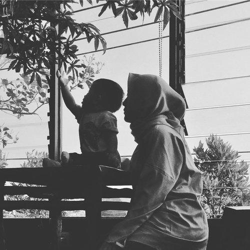 . i'm not a perfect mother, but i will try a million ways to be a good one for u bar 🤲 . . 📸 by bapak @hamdieko  #masyaAllah #tabarakallah #babybarra #13bulan #motherhood #momandkids #blackandwhite #bwphotography #clozetteid