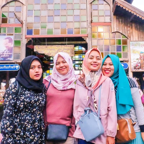 "Foto ini mengingatkanku pada pertanyaan: ""Jadi kapan Nes mau nulis Bangkok Trip-nya di blog?"" 🤣  #clozetteid #friends #girls #livefolk #vacation #instadaily #happy #floatingmarket #sky #friendship #pattaya #vintage #travelblogger #picoftheday #travel #hijab #yolo #kingbumibol #thailand🇹🇭 #photoshoot #weekend # #mountain #photooftheday #explorethailand #visitthailand #photography #outdoors #throwback #bangkok"