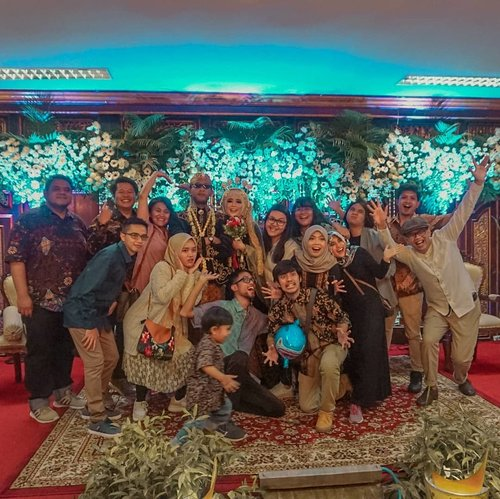 Selamat menempuh hidup joss gandos @maskrib dan Diar! Bahagia selalu dan segera punya skrib junior. 🚀⁣⁣Tertanda,⁣Aku yang ada di slide kedua.⁣⁣#wedding #livefolk #vacation #instadaily #friendship #traveling #agencylife #weekend #wonderlust #throwbackthursday #travelblogger #picoftheday #party #boyolali #solo #vintage #hijab #photoshoot #indonesia #art #exploresolo #photooftheday #ootd #travel #photography #outdoors #throwback #javanesewedding #clozetteid #friends