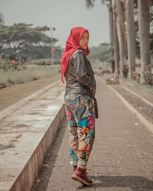 #OOTD hari ini dipersembahkan oleh: ⁣⁣⁣⁣- Muka dari lahir⁣⁣- Jaket kulit dari Garut⁣⁣- Celana dari China⁣⁣- Sepatu dari kemarin belum dicuci.⁣⁣- Hijab voal maroon super duper enakeun dari @by__elz ⁣⁣⁣⁣Btw, outfit favorit kalian apa nih? ⁣⁣⁣#hijab #tree #clozetteid #livefolk #travelblogger #instadaily #yolo #green #vintage #city #flowers #girl #instatravel #picoftheday #travel #travelgram #wonderlust #explorebandung #nature #photoshoot #traveling #visitbandung #sky #photooftheday #hijabfashion #throwbackthursday #photography #outdoors #throwback
