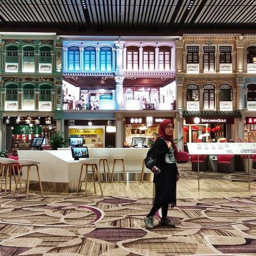 Monmaap Lilis pulang dulu karena sekarang udah kaya raya.. 🙏😂....#vsco #vscocam #vscogood #livefolk #lounge #instadaily #plane #building #airportstyle #indoors #changiairport #throwbackthursday #instatravel #picoftheday #travel #travelblogger #flight #exploresingapore #singapore #photoshoot #clozetteid #visitsingapore #airport #photooftheday #likeforlike #interior #photography #hijab #throwback #ootd