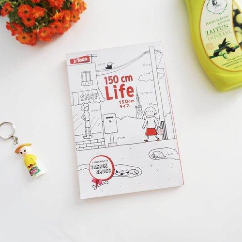 """Akhir-akhir ini lagi suka baca buku non fiksi. Dan salah satu buku favoritku """"150cm Life"""" karya Takagi Naoko.  Buku ini menceritakan kisah nyata Naoko tentang suka dan dukanya punya tinggi badan 150cm dalam menjalani aktivitas sehari-hari. Yaa nggak beda jauh sama aku juga yang tingginya cuma lebih 5cm ini. 😂  Dikemas dengan gambar yang lucu-lucu, aku jadi semangat baca bukunya karena banyak 'pesan' positif yang disampaikan bahwa memiliki tinggi 150cm bukan menjadi halangan kamu untuk berkarya, malah harusnya kamu harus bisa lebih percaya diri karena tubuh kecil akan bikin kamu jadi terlihat awet muda. 😝  Ya nggak, gaes? @febtarinar @maliasiza @imusyrifah  @purbasarimakeupid #purbasarigiveaway #haribaca #book #flaylay #komik #takaginaoko #japan #comic #purbasarimakeup #flowers #girl #hobby #photooftheday #photography #Lifestyle #buku #white #clozetteid"""
