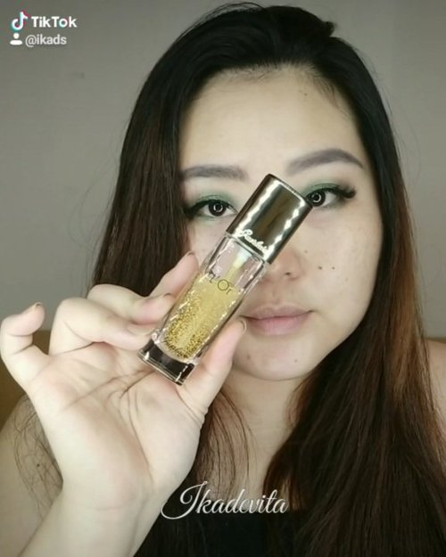"Belajar mainan transisi di tiktok. Mendingan yah videonya. Wkwkwkw. Maaf maaih newbie. . . . .  Products: (video full face menyusul)  @mobcosmetic Pro Brow Sculptor ""Charcoal""  @maybelline_indonesia Fit Me Concealer 15 Fair  @makeupforever Artist Shadow D-306  @id.oriflame The One Eyeliner Stylo Black @guerlain  L'Or Make Up Base (belinya di @jayanatabeauty )  @makeupforever Ultra HD Invisible Cover Foundation Y245 @byscosmetics Creme Blush Palette ""Petal Pathway"" @urbandecaycosmetics Naked Skin Shapeshifter ""Light Medium Shift"" @lancomeofficial Matte Shaker ""Energy Peach"" . . . . #beautyrangers  #clozetteid  #clozetteco #beautycrush #getitbeauty  #wfhlife #beautygoersid  #makeup #beauty #instamakeup #인스타메이크업 #tiktokviral #belajartiktok #tiktokbeauty #makeuplover  #tiktok #quotesoftheday #samasamabelajar  #tiktokindo #tiktokindonesia #tiktokmakeup #tiktokfever #rangerratjun #greeneyelook"