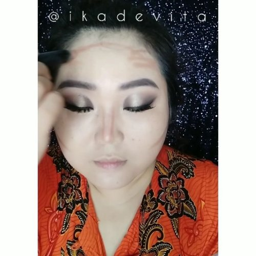 "[Episode 2] sambungan dari tutorial make up look sebelum postingan ini. Tut eyelooknya ada di dua postingan sebelumnya yahhh.. Yang ini bagian wajahnya. 😁 . . @wardahbeauty lightening day cream @thebodyshopindo Matte Clay Skin Clarifying Foundation ""Railay Beach 014"" @byscosmetics Brightening Stick ""Yellow"" @byscosmetics_id Contour Stick ""Bronze"" BYS Cosmetics Creme Blush Palette ""01 Petal Pathway"" (My fave, keliatan dari packagingnya yang dilakban saking seringnya dipake 🤣) BYS Cosmetics Translucent Loose Powder ""Light"" @oriflame Giordani Gold Bronzing Pearls Golden Edition @deborahmilano Luminature Bronzing Powder 02 @silkygirl_id  Lacquer LipColor Balm ""02 Caramel"" . . .  #beautyrangers #clozetteid  #clozetteco #beautycrush  #뷰스타그램 #뷰티스타그램  #뷰티  #makeup  #인스타뷰티  @beautygoers @beautyranger.id @beautysociety.id  #tutorialsvideos #tutorialmakeup #makeuptutorial #everydayDiva #DeborahMilano #BYSIndonesia #OriflameOnMe  #OriflameID  #ThebodyShopIndo #mobcosmetic #mobisme #SILKYGIRLID"