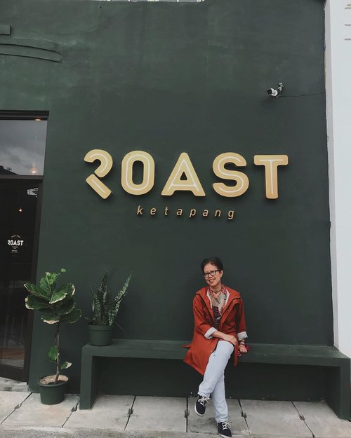 Memang asik punya temen yang suka gak jadi ke tempat tujuan karena menemukan tempat yang lebih menarik. Thanks buat infonya @tantengopi    Saya jadi menemukan tempat keceh buat selfi (ini mau ngopi apa foto2?). Thank you banget niy buat yang bantu foto2.   Raincoat: @ameraincoat  Location: @roastdaily.id    #coffee #kopi #clozetteid #kedaikopi #ootd #rain #coffeeshop #jakarta #roastdailyid #roastcoffee #style #casualstyle #lifestyle #friends #jakartabarat #ngopi #ngopidijakarta #jktcoffeeshop #kedaikopijakarta