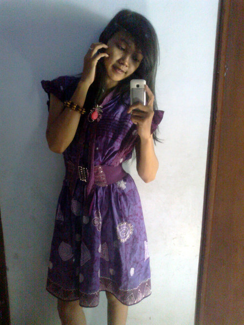 selfie dengan dress batik tulis warna ungu