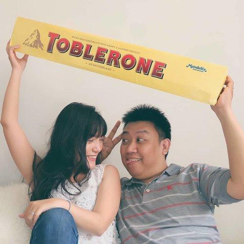 """. Valentine selalu jadi moment special kita, karena hari jadian pacaran dulu deketan bgt sama Valentine.. Dan Valentine tahun ini bakal lebih manis karena ada Toblerone 5kg yg bakal kita abisin berdua 😂 . Kalau kalian mau juga ngedapetin Toblerone 5kg Limited Edition ini, kalian bisa ikutan giveaway dari @tobleroneid yg caranya gampang banget: ❣️ Follow @tobleroneid ❣️ Screenshot template box Toblerone dari highlight """"Valentine's Day"""" di IG Toblerone ❣️ Hias Tolerone Pack semenarik mungkin ❣️ Post di Instagram Story mu, mention juga teman-temanmu dan @tobleroneid ❣️ Cantumkan hashtag #ToughtfulGift dan #TobleroneValentine ❣️ Pastikan akun IG mu tidak di-private yaa ❣️ Periode kontes berakhir pada 14 Februari 2019 Nantinya pemenang dg hiasan Toblerone Pack paling menarik akan mendapatkan Toblerone 5kg Limited Edition.. Yuk, buruan ikutan... 😘 . #JemaLoveJourney #happyvalentine #toblerone #yummy #valentine #bloggerslife #anitamayaadotcom #lifestyleblogger #clozetteid"""