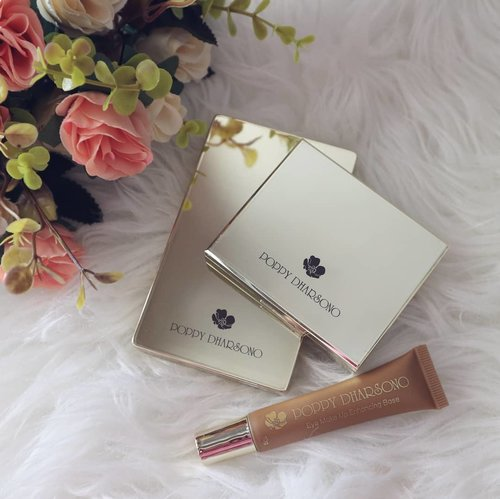 . Review yg masih anget di #anitamayaadotcom Pecinta kosmetik lokal tp ga abal2, ayo ngacung 🙋 Jadi, Poppy Dharsono Cosmetics ini juarak bgt di pigmentasi dan packagingnya yg gold ulala~ kelihatan mevvah!! Cuss review lengkapnya ada di link profile yak!! Atau ke http://bit.ly/PoppyDharsono 😘 . #PoppyDharsono #PoppyDharsonoCosmetics #PoppyDharsonoMakeupCantik #localbrand #makeup #indobeautygram #tampilcantik #powerofmakeup #ragamkecantikan #bvloggerid #makeup #wakeupandmakeup #beautybloggerindonesia #jakartabeautyblogger #bloggerslife #clozetteid