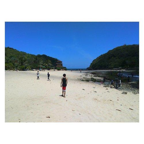 "Latepost! I visited this beautiful beach in Malang. It called Pantai Batu Bengkung. ""Anyway, Yang di foto itu siapa?"" Oh? Itu? Taka One OK Rock versi Malang. Hahahahaha. #pantaibatubengkung #pantaibatubengkungmalang #malang #visitmalang #nature #instadaily #vitaminsea #beach #travel #blogger #friendsinframe #clozetteid #picoftheday"