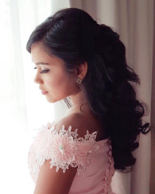 Berusaha tegar walau tidur beberapa jam saja dengan baju ala rapunjel tali - tali sesak dada bagai liat gebetan jalan sama gebetan diaaaa~ 💃🏻💃🏻💃🏻  brushed by @vini_wijaya  ————————————————————————— #𝐍𝐨𝐧𝐚_𝐇𝐢𝐭𝐚𝐦𝐏𝐚𝐡𝐢𝐭 #clozetteid #beautyblogger #tannedgirl #canggucomunity #followme #makeuptutorial #explorejakarta #bridesmaid #rapunzel #rapunzelcosplay