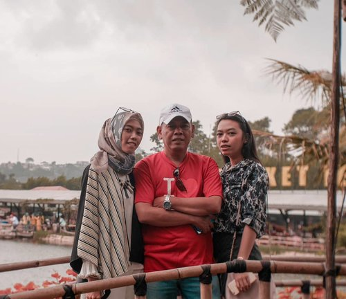 Daddy's little girls. 💕 @chefdedi . . . . . . . . . #family #familypotrait #daughter #Clozetteid #clozettedaily #life #lifestyle #potrait #Lumixindonesia #Lumix_id #sisterhood #takenwithLumix #holiday #familytrip #vacation