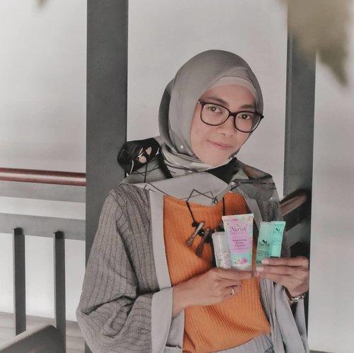 """Assalamualaikum bifellas, sekitar satu minggu ini aku lagi pakai @nurishorganiq_id Brightening Series. Dari namanya aja udah ada kata """"organiq""""nya, yess, karena ini 💯% natural dan telah teruji secara dermatologis. Produknya juga sudah mendapat sertifikasi Halal dari Negara asalnya yaitu Malaysia. Walau dari Malaysia, Nurish Organiq pun dikembangkan untuk memenuhi kebutuhan wanita Indonesia..Nurish Organiq Brightening Series memiliki 7 rangkaian produk, yaitu Micellar Cleansing Water, Foamy Cleanser, Toner, Eye Serum, Essence, Day Cream dan Night Cream. Kali ini aku bahas yg 4 produknya dulu ya..💝 Brightening Micellar Cleansing Water. Teksturnya ringan, wanginya soft. Ampuh menghapus makeup maupun noda polusi yg menempel di wajah. Makeup yg waterproof juga bisa hilang dengan mudah lho, tapi tetap double cleansing ya bifellas. .💙 Brightening Foamy Cleanser. Super lembuutt di wajah. Aku amaze dan terharu banget sama produk ini 😭😍 Yang awalnya takut bakal bikin kulit tambah kering/memicu jerawat, alhamdulillah ketakutan aku enggak terbukti sama sekali. Justru dia bisa menjaga kelembaban kulit dengan baik. .💝 Brightening Toner. Teksturnya watery dan punya wangi yg mirip dengan 2 produk sebelumnya. Dia kayak punya cooling sensation gitu ketika nempel di wajah jadi segeerrr. So fresh! .💙 Brightening Day Cream, dengan spf 20 cocok untuk digunakan sehari-hari. Creamnya berwarna putih, ringan, lembut, dan enggak lengket di kulit..Produk-produk Nurish Organiq dibuat dengan kultivasi Bio-Teknologi 4 kandungan utama yaitu Frangipani, Hibiscus, Bilberi, dan Mentimun. Manfaatnya tidak hanya merawat kulit, namun juga mampu melembabkan, melindungi dan mencerahkan kulit secara alami. 💝.Buat kamu yg punya kulit kering/sensitif, bisa coba produk ini. Siapa tau cocok juga di kamu 😊 Oiya Produk Nurish Organiq bisa dibeli secara online dan offline, dengan harga yg inshaaAllah enggak bikin kantong kering 😃.Kulit sehat, cerah, dan berseri, kini bukan lagi impian 💕..#NurishOrganiqIDReview #R"""