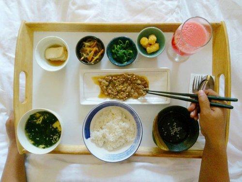 korean breakfast on bed ❤ . . #ClozetteID #travel #journey #breakfast #korean #lifestyle #tamaboutiquehotel #tamaboutique #hotelbandung #tamahotel #culinary #diarijourney #ceritadianari #diari26