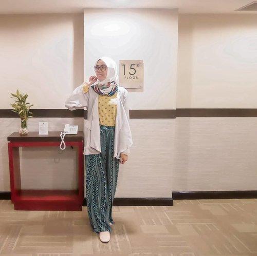 Assalamualaikum bifellas... merencanakan liburan tapi enggak punya banyak waktu? Cobain staycation aja.. di Jakarta ada @bwpthehive yang bisa menjadi rekomendasi liburan singkatmu. Lokasi strategis banget, kamarnya luas, fasilitas lengkap, pelayanan ramah. Atau buat kalian yang sedang ada urusan bisnis di Jakarta juga bisa banget nginep di sini. Deket juga dari Bandara. Mantap dh! 👍 💙 . Reviewnya udah publish di blog aku, mampir yaa ke www.beaufavele.com.  Linknya bisa juga langsung klik di bio 👆 😊 . . . . . #BestWesternPremierTheHive #BWPTheHive #BWPTheHiveCawang #HotelJakarta #HoteldiJakarta #Travel #ClozetteID #clozettedaily #DiannoStyle #DiariTravelJourney #DiariJourney #travelinstyle #hijabtraveler #hijabtraveller #indotravelgram #indonesianblogger #bloggerindonesia #lifestyle #lifestyleblogger