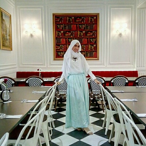 fashion describes who you are. . #ClozetteID #OOTD #hijab #white #pastel #hootd #hijabootd #ootdhijab #clozettedaily #fashion #modestfashion