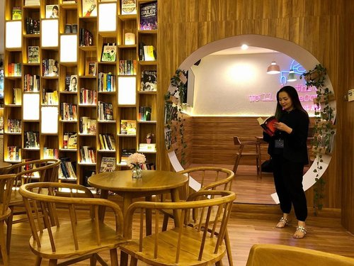 Found my happy place ! 📚 ☕️ 🍵 , everything in one @thelibrary.sby 🥰 • • • Thank you @maherna2775 📷 • • • #thelibrary #sby #surabaya #reader #library #loveyourself #enrichingsoul #enrichingwomenslives #grateful ##empoweringwomen #woman #clozette #clozetteid #survivor #womanempowerment #book #bookstagram #blessed #thankful #idontplaniplay