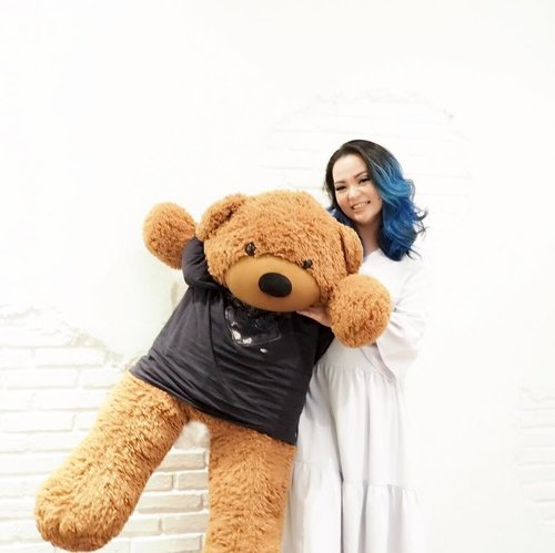 👋 🐻 Dancing along on Monday be like 👋 🐻 Playing cute @118coffee 😜👋🐻Thanks @chelsheaflo for the pic 👋🐻#beautyblogger #beautyvlogger #beautylover #fotd #dancing #life #nomondayblues #bluehair #manicpanic #bluehairdontcare #teddybear #happy #clozette #clozetteid #sbybeautyblogger #sbb5thsoiree #118goodvibes