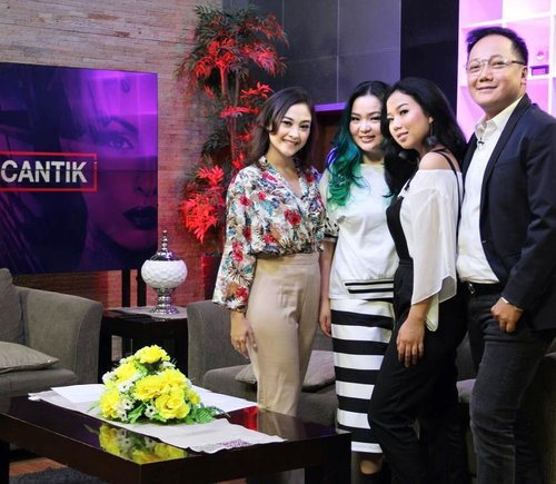 """Thank you for having me #UpdateCantik @sbotvofficial  Sharing about #makeup , talking about it , always makes me #Happy . Yes, you read it right. I am happy to #share what I know. There's no secret about the #knowledge #knowledgeispower  I believe I could gain more with sharing. Not only in #beautyworld but also in other aspects of this life.  Together we are growing, bigger, better and stronger 💖✨ Just say """"Hi"""" , ask """"questions"""" I'll be happy to reply 😘💖✨ Just don't try to pull my hair to prove if it's fake or real 😅  I'll be nice , I promise 😜😜😜 #makeupartist #makeuplover #makeupjunkie #makeuptalk #clozette #clozetteid #beautyblog #beautygram #beautylover #beautyblogger #beautyjunkie #wakeupandmakeup #friendship #makeuppost #makeupnews #idontplaniplay #diary #journal #greenhair #bluehair #manicpanicnyc #mermaidhair"""
