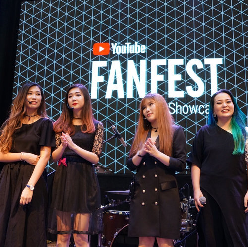 Still from yesterday event #YTFF #YTFFID #YTFFID2017 #YTFF2017 , we were challenge to do #estafet #makeup #3mins for each 4 lovelies on stage.  That's doesn't matter of course 😉✨ i try to put up so much #makeupvideo on my #YouTube #beautychannel saying that you could do a lot with #minutes you've got. To #glamup your #beautiful features.  Start small for big Impact 😉✨ Happy Monday everyone 😘❤❤❤ #makeup  #makeuptalk  #makeuplover  #wakeupandmakeup #beautyblogger #beautyblog #beautyvlogger #beautylover #makeupnews #fun #onstage #makeupchallenge #manicpanicnyc #clozette #clozetteid