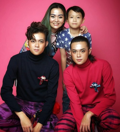 With #twinmodels  And my #plusone 💕 💕 💕 Can't wait the time that my twin is bigger and could hang around with ... will be plus 3 not one anymore 😊😊😊 💕 💕 💕 #photoshoot #makeup #makeupartist #workingmom #workingmomlife #pink #pinky #makeup #makeuptalk #wakeupandmakeup #models #malemodels #tenun #lenek #sabori #otokonoko #japanstreetstyle #beautygram #potd #photography #clozette #clozetteid #beautyaddict