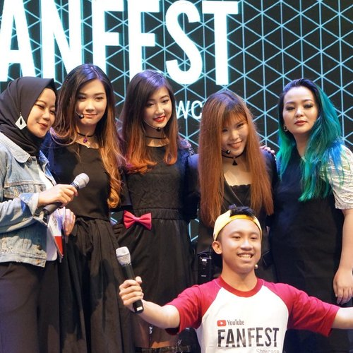 """#precious moment with my @_aphrodites_ girls 💖✨ yup, the others still """"girls""""  @chelsheaflo @cynthiansunartio @amandatorquise  Only ne , the oldest one 🙊 the rounder one 😅  #onstage for #YTFF2017 #YTFF @youtubefanfest ❤✨ #beautylover #beautyvlogger #contentcreator  Thank you for the opportunity @cynthiansunartio 🤗💖💖💖✨ Let's have more funnnn... #makeup #makeuppost #underthelights #backstage #friendship #notagirlband #makeupnews #makeuplover #beautygram #beautyblog #beautyworld #beautyjunkie #beautylover #beautyblogger #makeupartist #makeupartistworldwide #clozette #clozetteid #clozetteambassador"""