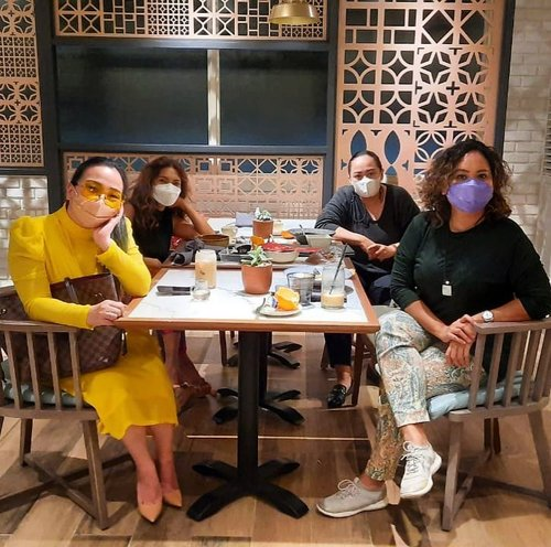 #throwback #QualityTime with my #Ladies ♥️♥️♥️♥️• ••#ladiesnightout #ladiesnight #workinglady #workingladies #qualitytime #blessed #thankful #grateful #livingmydreams #yellow #dior #livingmybestlife #keepyourcirclepositive #idontplaniplay #idontplanipray #clozetteid #clozette #doubletreebyhilton
