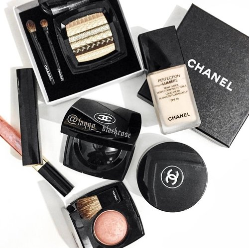 Some changes needed ... will start with messing with my #Chanel #chanelcosmetics ... do I use #limitededition stuff? Oh yes baby... and I make sure I have backup of it 😁♠️✨ #happysunday everyone ... #makeupandbackup #makeup #makeuppost #clozette #clozetteID #black #peach #coral #gold #sparkle #holiday #festive  Can't believe it's end of November already!!!