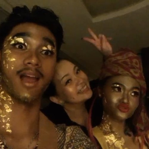 With these two gorgeous #model  @elvieraanya__ 💕💫 @adamagsty • • •  Taking picture #inthedark  #photography with #candlelight 😊💫 Challenging as always @embrannawawi 😁👍 Thank you for always remembering me when there's time to #havefun together 😉💫 • • • #goldleaf #makeupartist #makeupartistry #glitter #foodgrade #makeup #makeuptalk #tan #glowing #makeuppost #makeuplooks #gold #sparklife #sparkling #workingmom #workingmonlifestyle #beautygram #beautyaddict #makeuplover #wakeupandmakeup #airbrushmakeup #airbrushmakeupartist #clozette #clozetteid