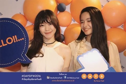 Having fun at @danarhadi_id photobooth in #IFW2016 🎈💛 Yes, we do agree batik has gained the popularity for its beauty and elegance! right? @ichavarma ✨ #daysbydanarhadi #DAYSIFW2016 #IndonesiaFashionWeek #IndonesiaFashionWeek2016 #ClozetteID
