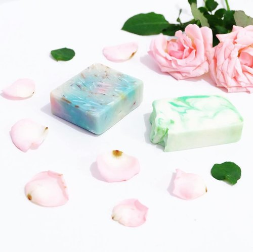 Curently adding this cutie @saboon.id to my bath time routine 🐳🌨 Have been receiving this from a long time ago, but felt so afraid to ruin the shape. I mean, they're so pretty right? 🌈 -- Anyway, i'm proudly to say that this is a 100% handmade artisan soap that using natural ingredients. If you noticed, most of soap (and personal care products) out there is commonly contained SLS (Sodium Lauryl/Laureth Sulfate) which perform as a foaming agent. But in another side, SLS can making our skin dry, itchy, and irritated, especially when you have a sensitive skin like me. So, it's better for us to eliminate it & start using natural ingredients products! -- Well, maybe you hardly see some foam or bubbles when using @saboon.id but it's smell soooo good and truly moisturizing my skin afterwards. Got mine the Funfetti & Cocovera and felt satisfied with it 🏖🌿 I think i should add more flavour into my collection~ Ps : go check their instagram to know the full collection of these beautiful soap. -- #clozetteid #skincare #skincarejunkie  #skincareaddict #beautyreview #beautyguru #bodycare #bodysoap #artisansoap #naturalsoap #bathandbody #localbrand #endorsement #blogger #bestoftheday #l4l #likeforlike #beautyinfluencer #influencer #beautycommunity #얼짱 #일상 #데일리룩 #셀스타그램 #셀카