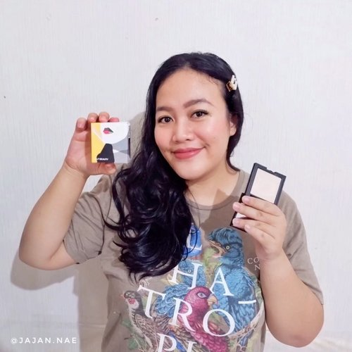 Aku pakai highlighter apa nih? Tonton videonya ya gengs hihi 😄.Pastt kalau kamu mau tau aku beli di mana, bakal aku kasih tau. Ada diskon khusus lho dari aku, buruan langsung kepoin dan belanja di tokonya yaah! 🎉 Btw aku pakai varian no 01 Milkyway 😍.Glam Up Illuminating Highlighter Compact Powderhttps://hicharis.net/jajan-nae/Jtr#selfbeauty #GlamUpIlluminatingHighlighterCompactPowder #highlighter #galaxylook  #CHARIS #hicharis@hicharis_official @charis_celeb...#bloggerpekanbaru #pkubeautyblogger #reviewskincare #skinlovers #beautybloggerpekanbaru #skincarelovers #IDskincarecommunity #clozetteID #BloggerPerempuan #charisceleb #highlighter #makeupshop #highlighterreview #makeuppku #beautyinfluencer