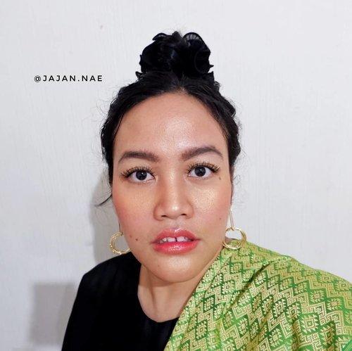"Jadi, tema makeup collaboration @pkubeautyblogger adalah ""Thailand Makeup Look"" 😄 . Hayo, menurut kalian apa aja sih karakteristiknya ☺💕 . . . . . #pkubeautyblogger #beautybloggerpku #bloggerpekanbaru #makeupindonesia #makeuppku #makeuppekanbaru #makeupriau #makeupreview #clozetteid #glowmakeup #thaimakeup #thailandlookstyle #hairbuns"
