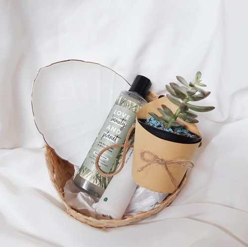 My current body wash product is @lovebeautyandplanet Tea Tree and Vetiver Aroma. It has fresh, woody, natural scent. It has clear gel color, it doesnt use artificial color. I think the scent of this body wash is pretty good, and the foam is also enough, I dont need to squeeze one more pump. It leaves my skin smooth and clean well. I feel like this product does not stripping skin's natural oil and good for dry skin. Have you tried anything from @lovebeautyandplanet ? ☀️✨🌏•••••........#clozetteid #soconetwork