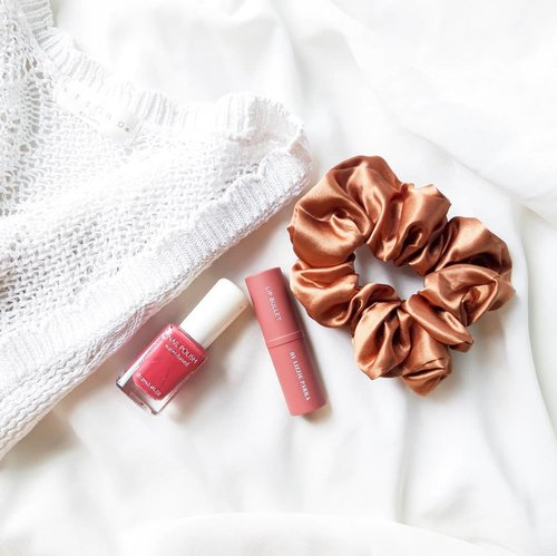 Quarantine's life Sometimes I just like to put lipstick at home. Tying my hair and painting my nails to make it more colorful and I have peel-off nail polish.Today I made steamed brownies and spring rolls. How is your weekend?........#soconetwork #clozetteid
