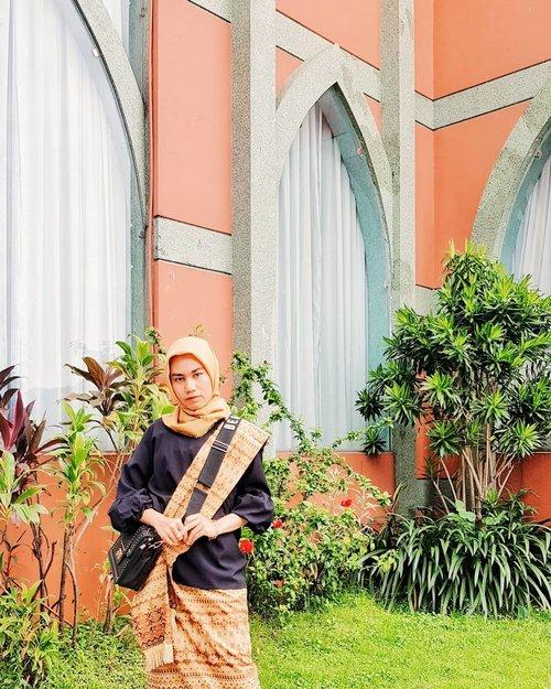 "Pertama kali ke Pesta Pernikahan di 2020Terus yg lain bilang ""tumben mau""Ya habis, yg nikah adiknya kakak ipar, kalau ga datang habislah gue .. Udh segitu aja curhatnya,#clozette #clozetteid #2020 #firstpostof2020#fashion #FashionFreedom #hijablook #fashionblogger #blogger #style #hijabfashion #hijabdaily #life #photogram #fashionoftheday #OOTD #HOOTD #hijabmodesty #hijabindo"