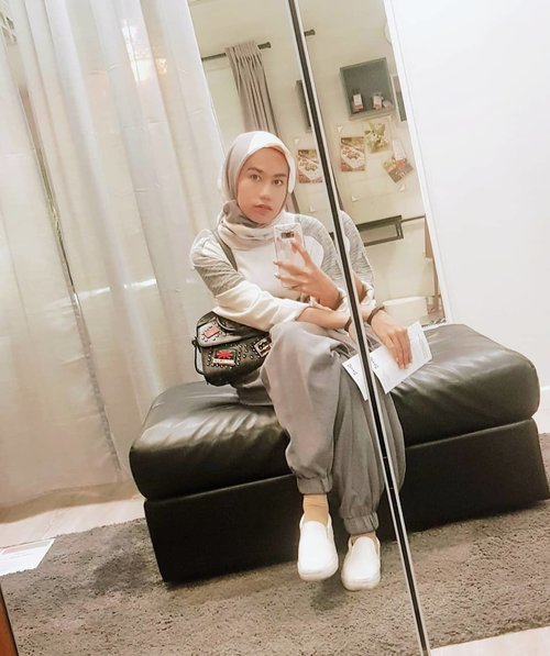 """Mirror Mirror on the Wall"" How to Break Out of my Comfort Zone? #quarantinelife #clozette #clozetteid #stylediary #hijabdaily #hijablook"